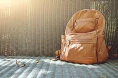 Mochila de Brown en silla de mimbre Imagen de archivo libre de regalías