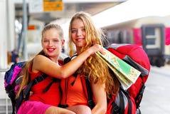 Mochila de la muchacha del viajero y equipo femeninos del turismo en el ferrocarril fotos de archivo
