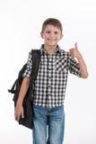 Mochila del colegial feliz y del donante que llevan pulgares para arriba imagen de archivo libre de regalías