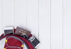 Mochila del viaje del Backpacker con los accesorios del viaje en de madera blanco Foto de archivo libre de regalías