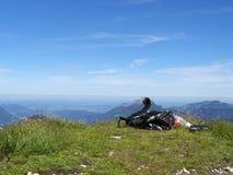 Mochila en cumbre de la montaña Imágenes de archivo libres de regalías