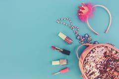 Mochila femenina con los accesorios del ` s de los cosméticos y de las mujeres Fotografía de archivo libre de regalías