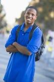 Mochila que desgasta del estudiante universitario Imagenes de archivo