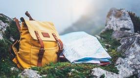 Mochila y mapa amarillos turísticos Europa del caminante del inconformista en la naturaleza en montaña, paisaje panorámico borros fotos de archivo