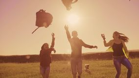 Mochilas do lance da felicidade do estilo de vida do grupo dos caminhantes dos povos acima da corrida da liberdade e a silhueta d video estoque