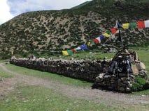 Mochilas que descansan sobre Mani Wall Himalayan tradicional Fotos de archivo