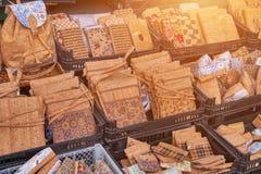 Mochilas tradicionales del corcho, bolsos en el mercado, Portugal foto de archivo libre de regalías