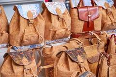 Mochilas y bolsos tradicionales del corcho en el mercado, Portugal imagen de archivo