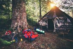 Mochilas y el acampar abandonado de la casa al aire libre Imagenes de archivo