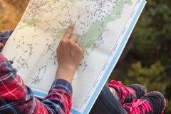 Mochileiro da jovem mulher na montanha com mapa Foto de Stock Royalty Free