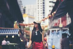 Mochileiro das mulheres dos viajantes que anda na cidade de China, Singapura fotografia de stock royalty free