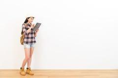 Mochileiro fêmea usando o tablet pc digital Imagem de Stock