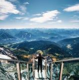 Mochileiro na ponte do skywalk em Dachstein, Áustria foto de stock royalty free