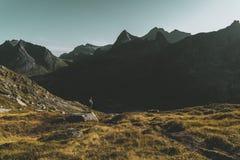 Mochileiro nas montanhas de Lofoten observando as vistas panorâmicas fotografia de stock