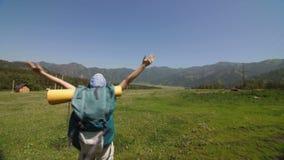 Mochileiro novo que está sobre uma montanha e que aprecia uma opinião do vale da manhã filme
