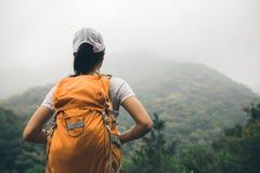 Mochileiro que aprecia a vista no vale da montanha da manhã Imagens de Stock