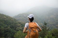 Mochileiro que aprecia a vista no vale da montanha da manhã Fotos de Stock