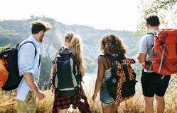 Mochileiros em uma aventura junto no verão fotos de stock