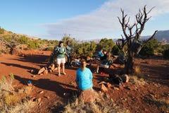 Mochileiros que comem o café da manhã em Grand Canyon fotos de stock royalty free