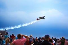 Mochishche机场、地方飞行表演、牦牛52在天空蔚蓝有云彩背景和许多观察者,人们观看aviashow 库存照片