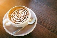Mockakaffe kallade också den Caffe mockan med trätefatet Inre coffee shop Arkivfoto