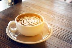 Mockakaffe kallade också den Caffe mockan med trätefatet Inre coffee shop Royaltyfri Foto