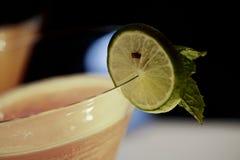 Mocktail com a folha da fatia e das pastilhas de hortelã do cal fotos de stock royalty free