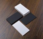 Mockup białe i czarne wizytówki przy drewnianym tłem Zdjęcie Royalty Free