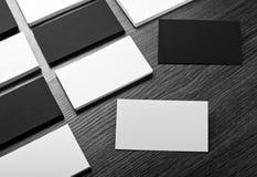 Mockup białe i czarne wizytówki przy drewnianym tłem Obraz Stock