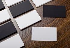 Mockup białe i czarne wizytówki przy drewnianym tłem Obrazy Stock