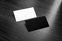 Mockup białe i czarne wizytówki przy drewnianym tłem Zdjęcia Stock