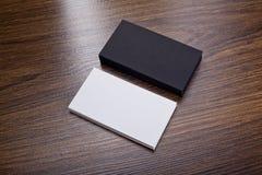 Mockup białe i czarne wizytówki przy drewnianym tłem Obraz Royalty Free