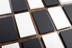 Mockup białe i czarne wizytówki przy drewnianym tłem Fotografia Royalty Free