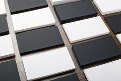 Mockup białe i czarne wizytówki przy drewnianym tłem Fotografia Stock