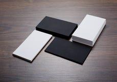 Mockup białe i czarne wizytówki przy drewnianym tłem Obrazy Royalty Free