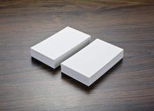 Mockup białe wizytówki przy drewnianym tłem Obraz Stock