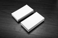 Mockup białe wizytówki przy drewnianym tłem Zdjęcie Royalty Free