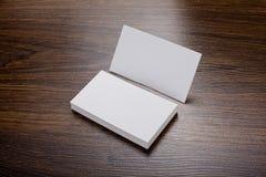 Mockup białe wizytówki przy drewnianym tłem Obraz Royalty Free