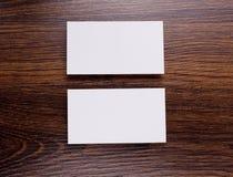 Mockup białe wizytówki przy drewnianym tłem Fotografia Stock