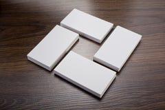 Mockup białe wizytówki przy drewnianym tłem Zdjęcie Stock