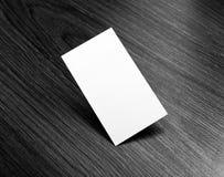 Mockup białe wizytówki przy drewnianym tłem Obrazy Royalty Free