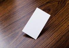 Mockup białe wizytówki przy drewnianym tłem Obrazy Stock