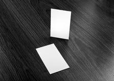 Mockup białe wizytówki przy drewnianym tłem Fotografia Royalty Free