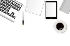 Mockup biurowy biurko z smartphone, klawiaturą, notatnikami i filiżanką kawy, Realistyczni cienie ilustracji