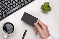 Mockup czarne wizytówki w mężczyzna ` s ręce Zdjęcie Stock