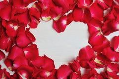 Mockup czerwieni róży Karciani płatki w formie serca dla walentynki ` s dnia Mieszkanie nieatutowy, odgórny widok z miejscem dla  Zdjęcia Stock