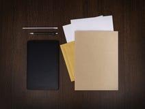 Mockup gatunku biznesowy szablon na ciemnym drewnianym tle Set materiały z cyfrową pastylką, przetwarzająca falcówka, papier Obraz Royalty Free