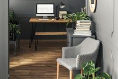 Mockup komputer stacjonarny na drewnianym biurku w workspace wnętrzu zdjęcie stock