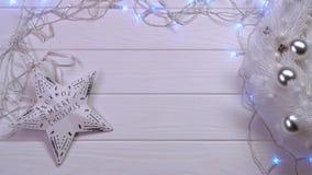 Mockup Na drewnianym bielu stole jest girlandą i nowego roku ` s bawi się Odgórny widok zdjęcie wideo