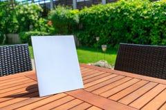 Mockup okładka magazynu na drewnianym stole w ogródzie w su fotografia stock